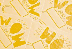 """Tjänster - Bild på tre pappersark som det står """"wow"""" på, skrivet guld och glitter."""