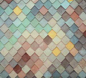 En bild på en vägg eller liknande, uppbyggd av många olika fyrkanter i många olika färger.