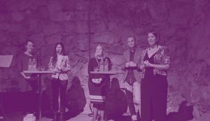 Bild på grundare Josephine Bladh som håller i ett panelsamtal i Livrustkammaren med fyra unga ledare. Tjänster/services